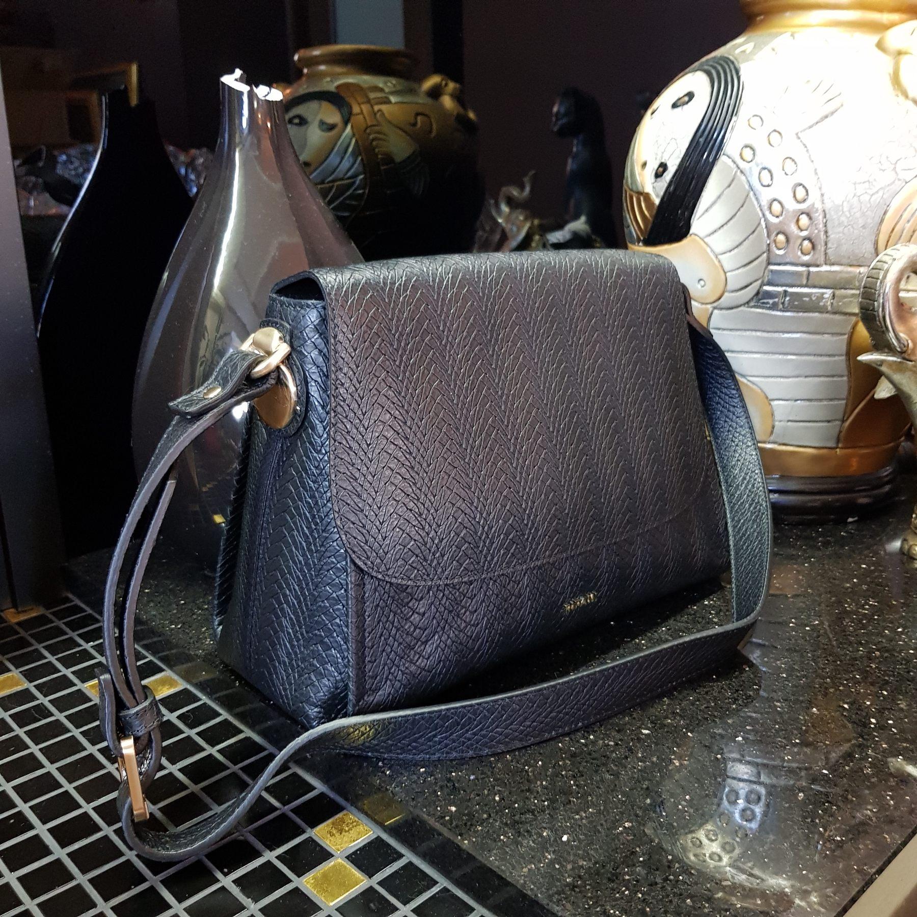 Брендовая женская кожаная сумка мессенджер (фото 1)