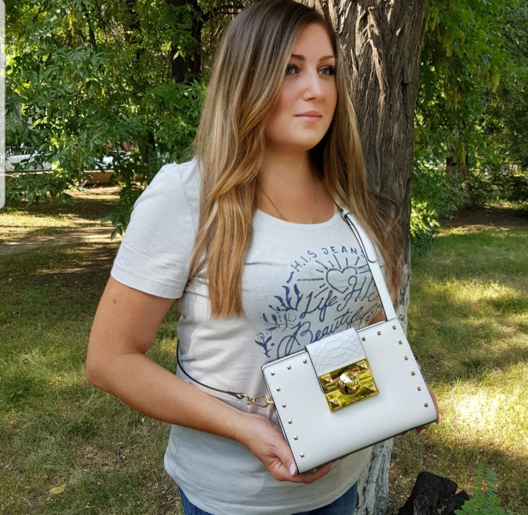 Девушка с белой итальянской маленькой сумкой Cromia (Кромиа) из натуральной кожи
