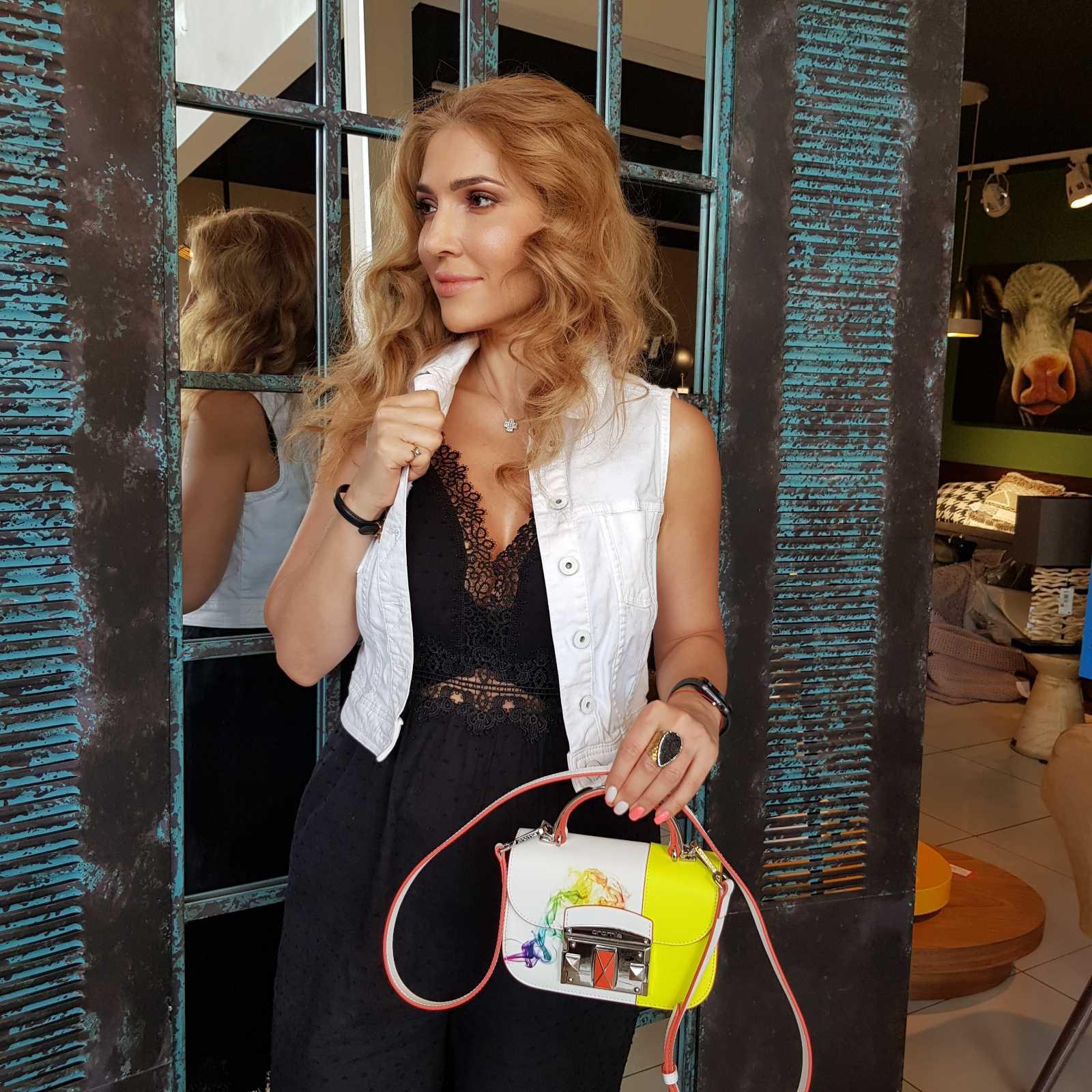Девушка с миниатюрной итальянской сумочкой Cromia (Кромиа) из натуральной кожи и красочным принтом